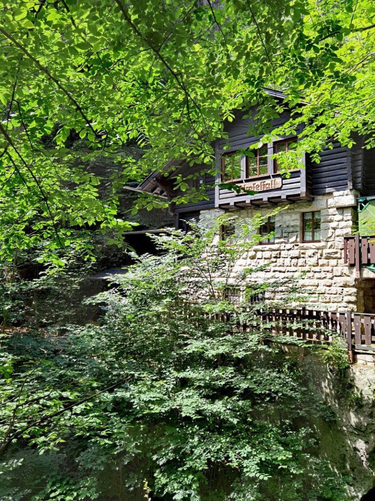 Ebenso geschlossen: Das Amselfall Infozentrum des Nationalparks