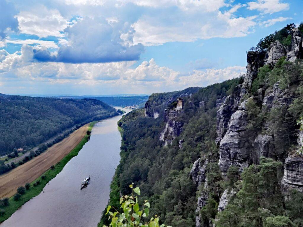 Nahezu senkrecht fallen die Felsen der Bastei in Richtung Elbe ab