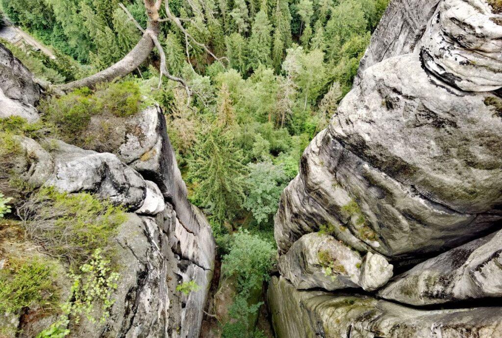 Tief geht es zwischen den Felsen der Bastei hinunter