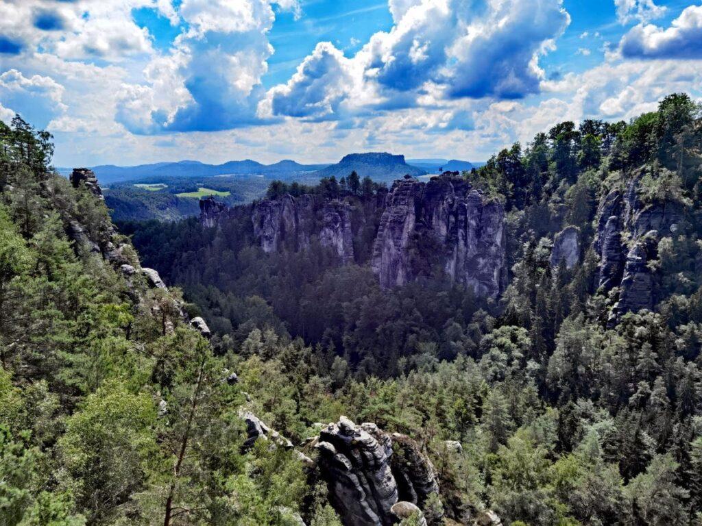 Pavillonaussicht - zu sehen der Wehlgrund (das Tal) und die Bastei Felsen mit dem Ferdinandstein