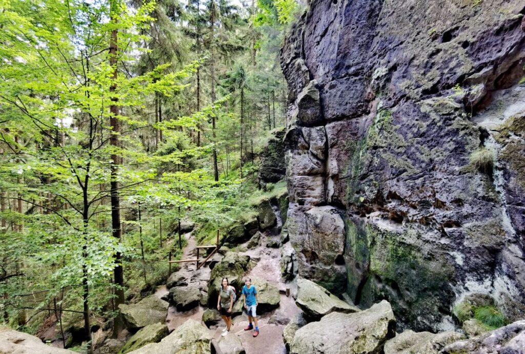 Naturwunder Schwedenlöcher - vergleiche die Größe der Felsen mit den Menschen!