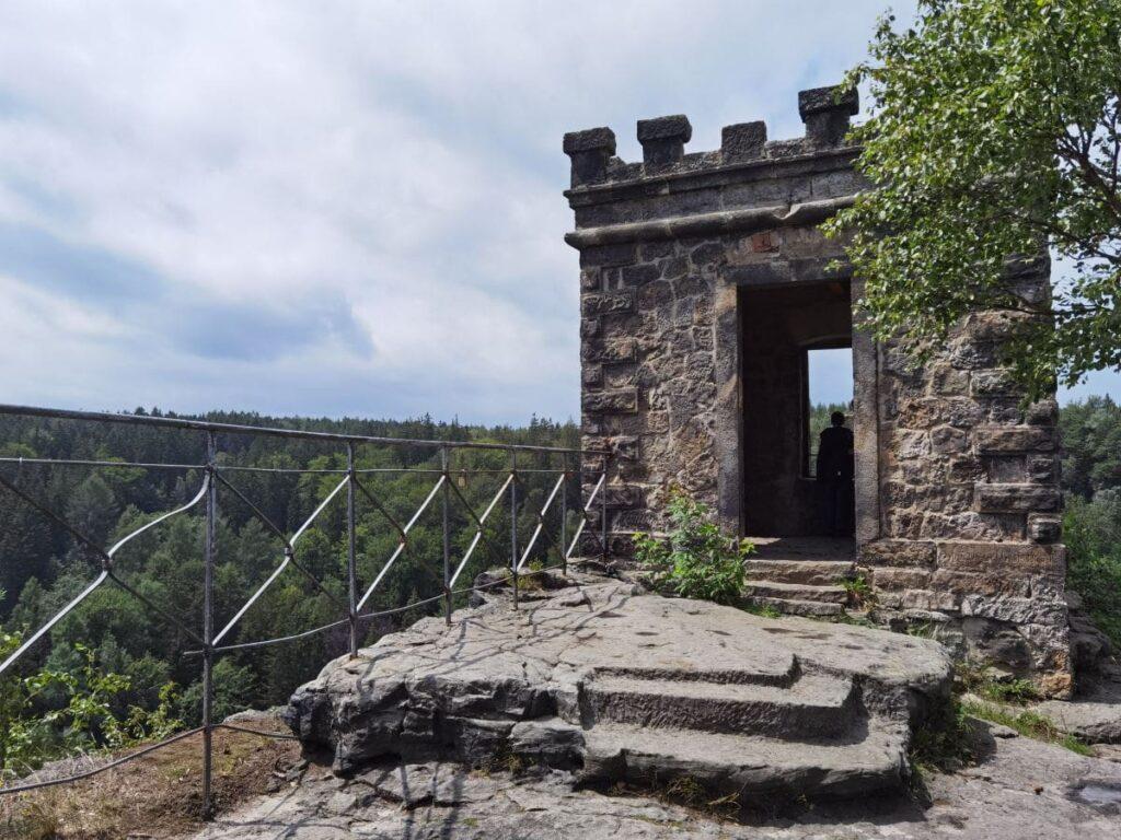 Die Kaiser Wilhelm Feste auf einem der Aussichtsfelsen im Bielatal