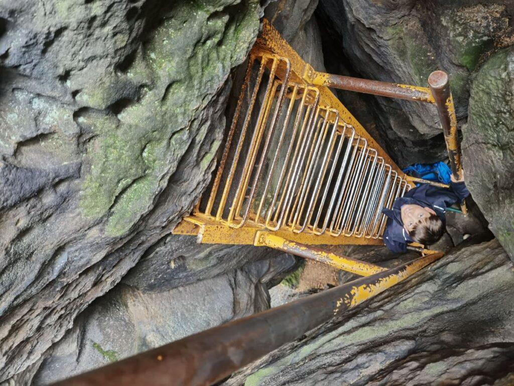 Bielatal Wanderung auf den Sachsenstein: Die Leiter zwischen den schmalen Felsen steht fast senkrecht! Mutprobe und Abenteuer zugleich.