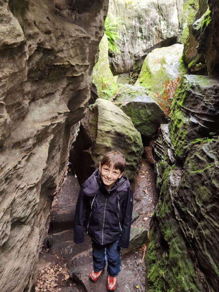 Zwischen den riesigen Felsen im Bielatal wandern - das macht echt Spaß