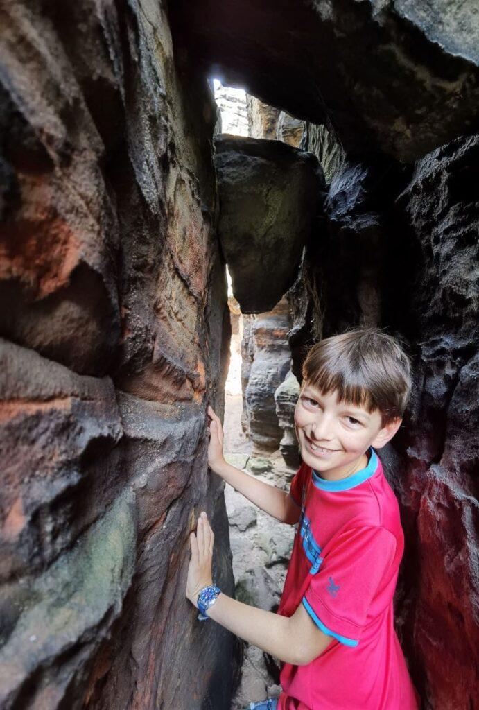 Elbsandsteingebirge mit Kindern - schmale Wege durch die Felsen motivieren Kinder!
