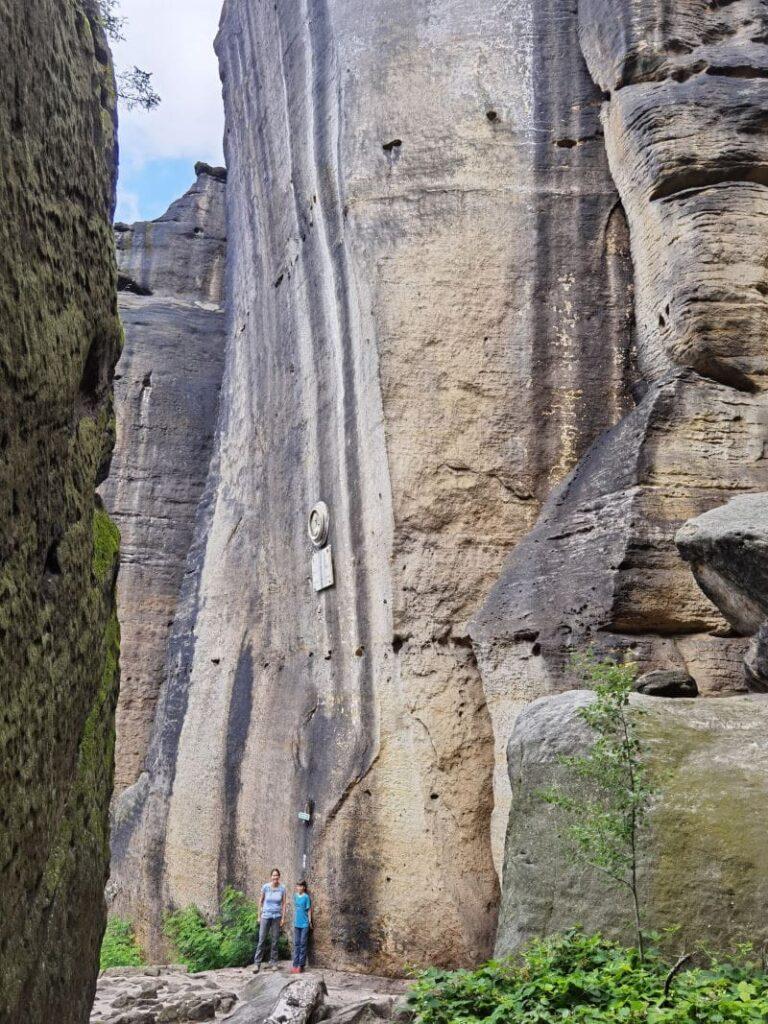Kleiner Kuhstall am Pfaffenstein - schau mal wie klein die Menschen gegenüber den Felsen sind