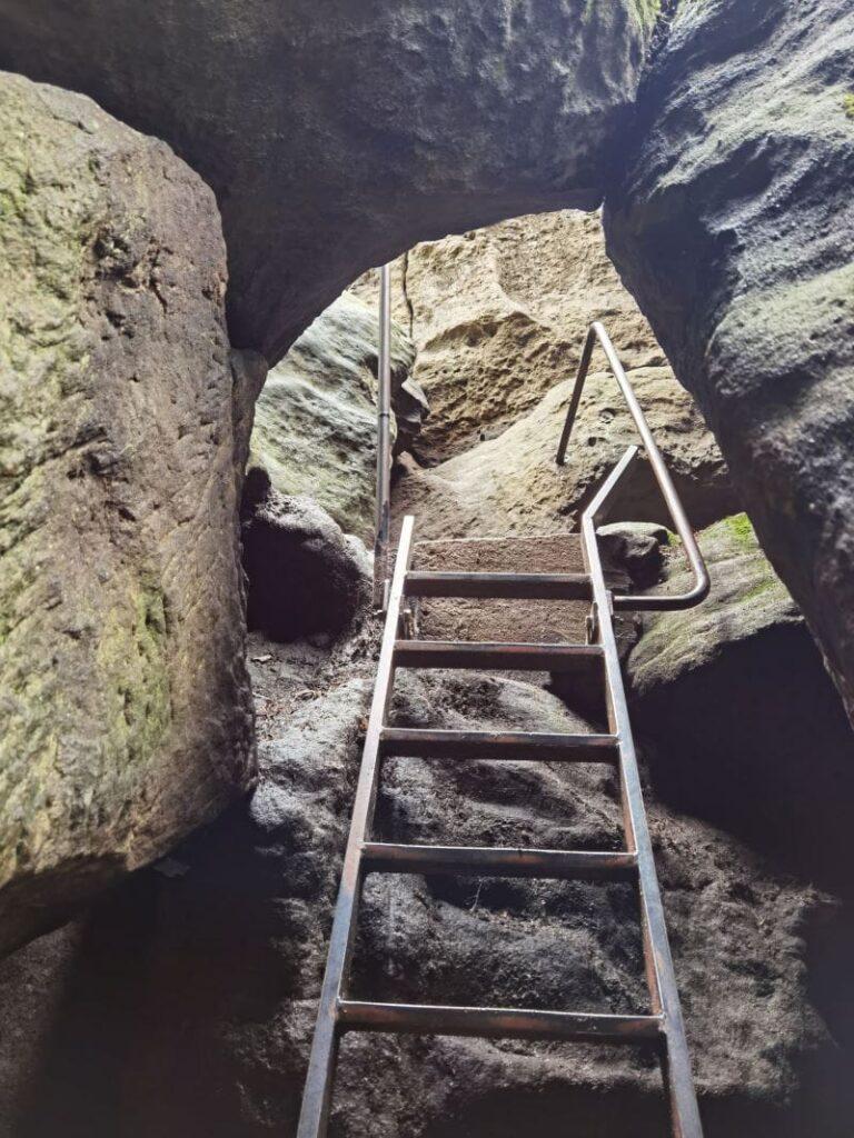 Pfaffenstein Nadelöhr - kurze aber steile Leiter zum 434 Meter hohen Gipfel