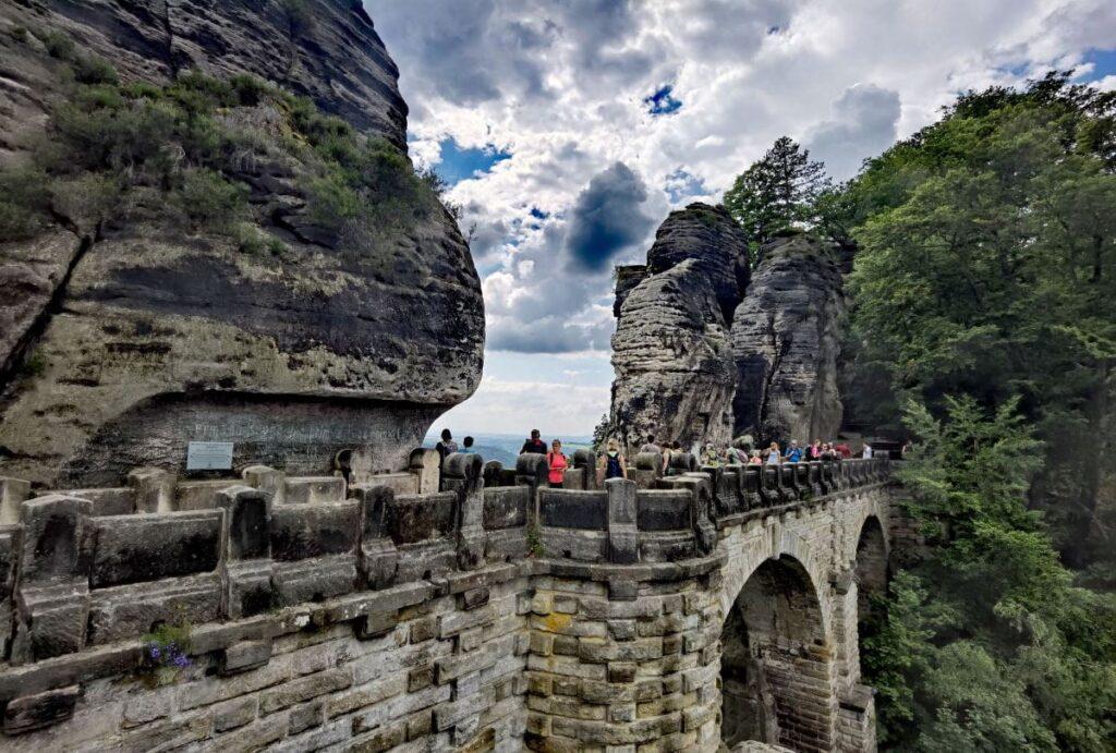 Über die gigantische Brücke auf der Bastei wandern