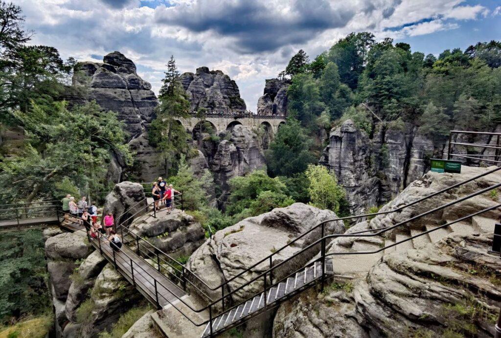 Die Felsenburg Neurathen mit der Basteibrücke im Hintergrund