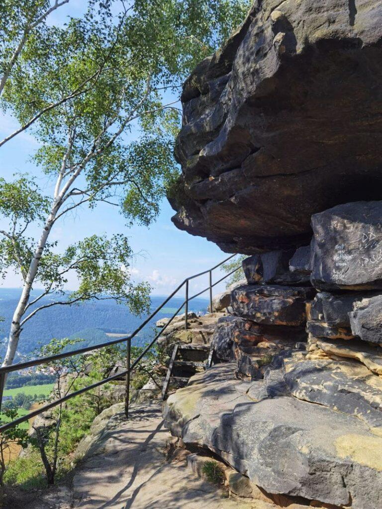 Der Lilienstein Aufstieg führt oben schmal durch die Felsen, mit Geländer, Stufen & Leitern